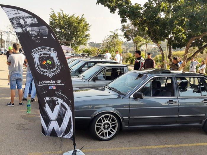 uma bandeira personalizada para um evento automotivo